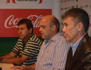 Zé Teodoro é apresentado no Guarani ao lado de Álvaro Negrão e Horley Senna (Foto: Murilo Borges / Globoesporte.com)