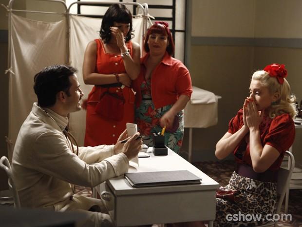 Lola é examinada por Dr. Rubens e ele conta que ela está grávida (Foto: Inácio Moraes/TV Globo)