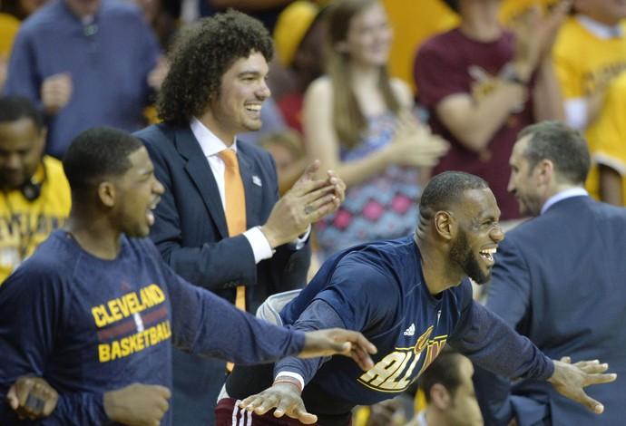 LeBron James comemora e Varejão bate palma (Foto: David Richard-USA TODAY Sports)