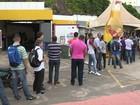 Dezenas de pessoas fazem fila por uma vaga de emprego em Vitória