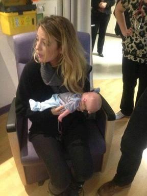 Blake Lively e Ryan Reynolds fazem visita a hospital canadense (Foto: Reprodução / Facebook)