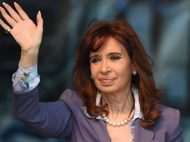 A presidente da Argentina, Cristina Kirchner, acena durante inauguração de uma nova ala de um hospital em Moron, na província de Buenos Aires, na quarta (25) (Foto: AFP Photo/Eitan Abramovich)