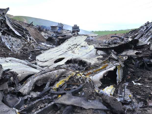 Destroços do avião após explosão na manha desta sexta-feira (3) no Quirguistão (Foto: AFP PHOTO/ SABYR AILCHIYEV)