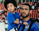 Filho do jogador Patric imita o pai nas comemorações de gols no videogame
