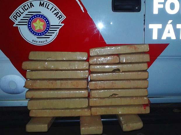 Viatura da polícia perseguiu um dos veículos para apreender droga (Foto: Polícia Militar / Cedida)