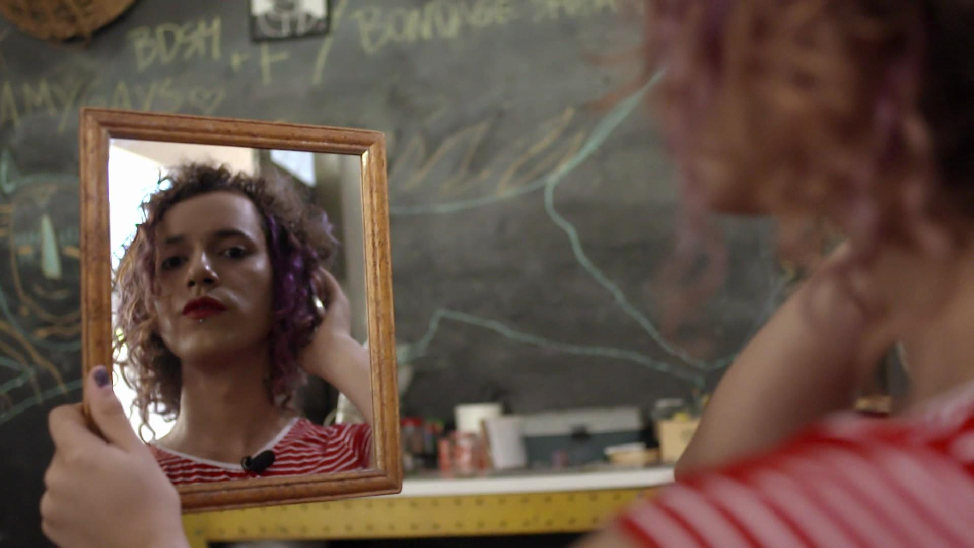 """Personagem da série """"Quem Sou Eu?"""" se olha no espelho. (Foto: Rede Globo)"""