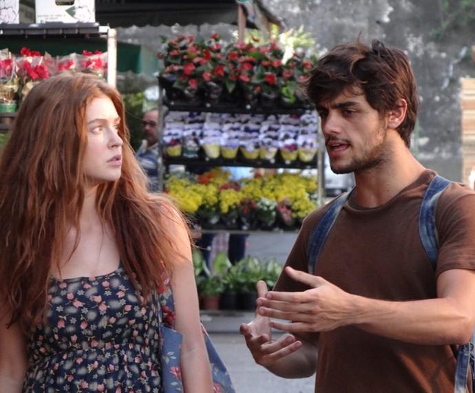 Jonatas ensina Eliza a vender flores nas ruas (Foto: TV Globo)