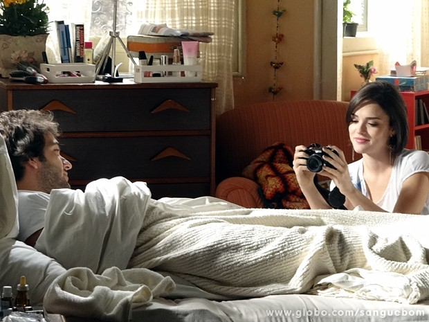 Giane clica Fabinho na cama (Foto: Sangue Bom/TV Globo)