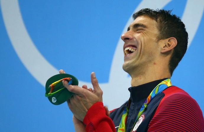 Phelps se emociona ao receber sua 20ª medalha de ouro olímpica (Foto: Reuters)