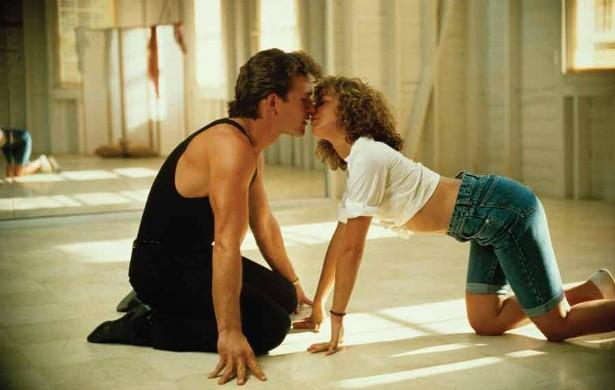 """Patrick Swayze (1952-2009) e Jennifer Grey podem ter formado um casal mítico em 'Dirty Dancing — Ritmo Quente' (1987). Porém a verdade é que Patrick não a suportava. Contou em suas memórias que tiveram """"momentos de atrito"""", que ela era """"particularmente emotiva"""" e """"às vezes, caía no choro se alguém a criticasse"""". Quem será que era esse alguém, hein, Patrick? (Foto: Reprodução)"""