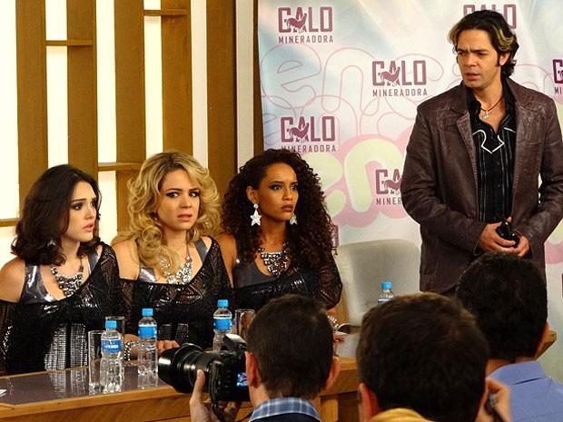 Sente o pânico: Empreguetes ficam sabendo que o novo clipe vazou (Foto: Cheias de Charme / TV Globo)