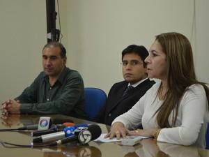 Presidente e diretor técnico da Caerd (à direita e à esquerda), em entrevista junto com o promotor Pedro Almeida (meio) (Foto: Samira Lima/G1)