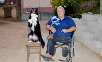 Cão adestrado ajuda dono cadeirante (Camilla Motta/G1)