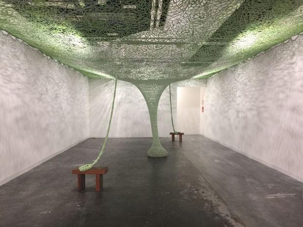 Esta é uma instalação do Ernesto Neto - da Fondation Beyeler, que fica em Basel, trouxa e instalação GaiaMotherTree, de Ernesto Neto, que convida os visitantes a se sentarem e se conectarem com a obra (Foto: Taissa Buescu)