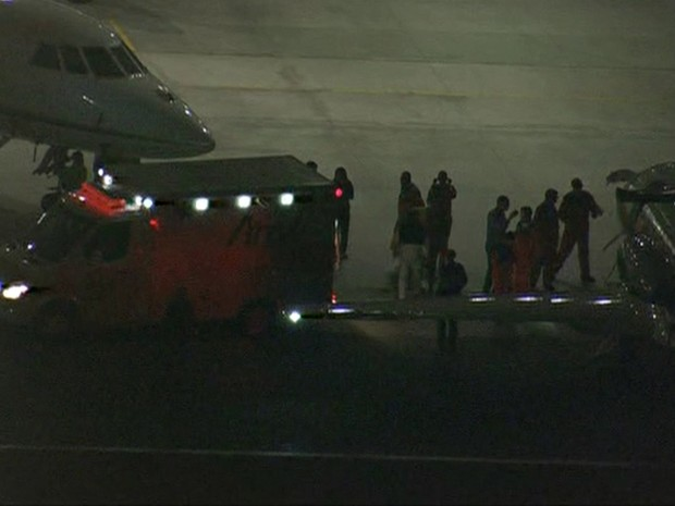 Avião com Angélica e Luciano Huck chegou às 21h40 deste domingo (Foto: Reprodução/Rede Globo)