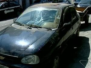 Carro foi roubado pelos criminosos (Foto: Reprodução/ TV Gazeta)