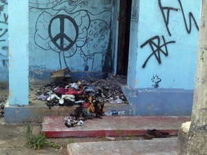 Vestiário com lixo e peças de roupas queimadas no Vila Campos Sales (Foto: Danilo Botelho Sanches / VC no G1)