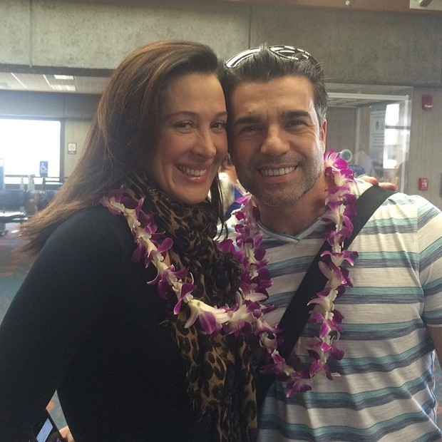 Claudia Raia e Jarbas Homem de Mello de colar havaiano (Foto: Reprodução/ Instagram)