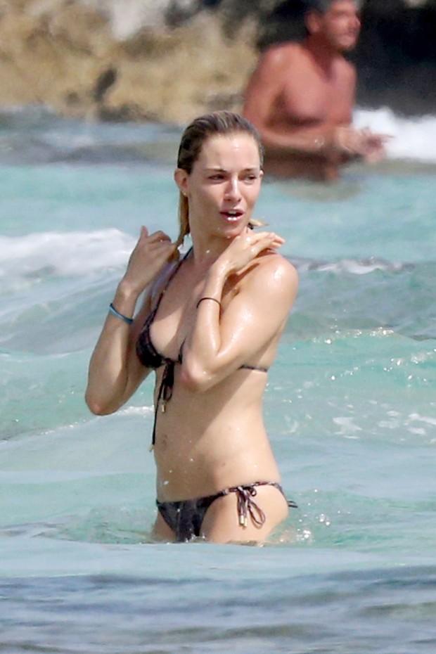 Sienna Miller em praia de Ibiza, na Espanha (Foto: The Grosby Group)