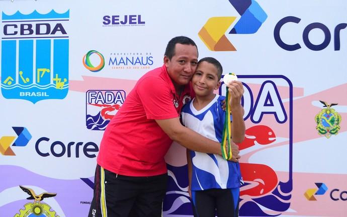 Natação amazonas João Pedro e o pai josimar (Foto: Emanuel Mendes Siqueira)