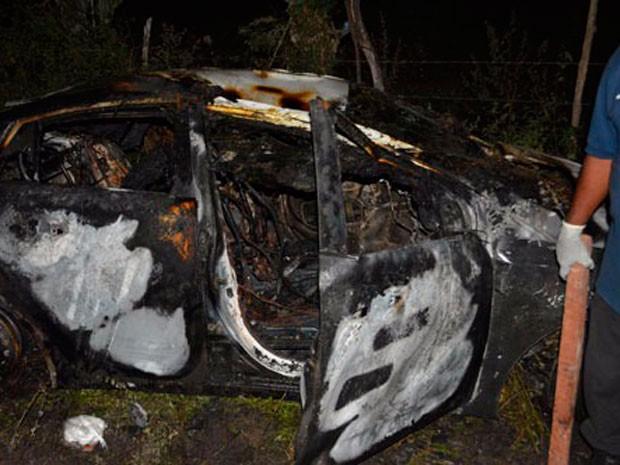 Carro com corpos em porta-malas foi encontrado no município de Santaluz (Foto: Uoston Pereira/Site Notícias de Santaluz)