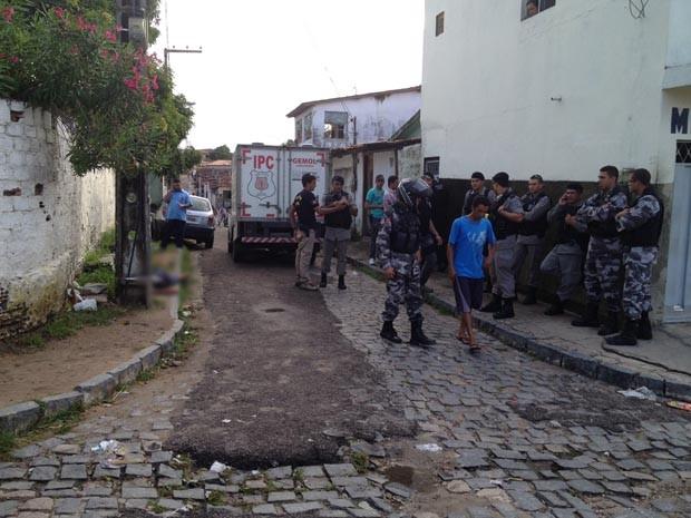 Jovem assassinado seria viciado em drogas e morador da Ilha do Bispo. (Foto: Walter Paparazzo/G1)