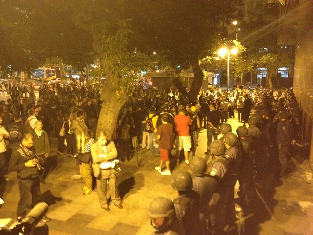 Policiais e manifestantes na porta do Tribunal de Justiça do Rio (Foto: Marcelo Elizardo/G1)