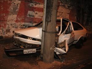 Carro fica destruído ao colidir contra um poste no centro de São Carlos, SP (Foto: Maurício Duch)