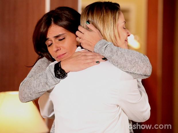 Clara fica emocionada com resposta positiva e abraça Silvia (Foto: Carol Caminha / TV Globo)