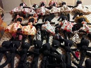 Artesã de Uberlândia cria bonecas negras para doar a crianças na África (Foto: Marta Pontes/Arquivo Pessoal)