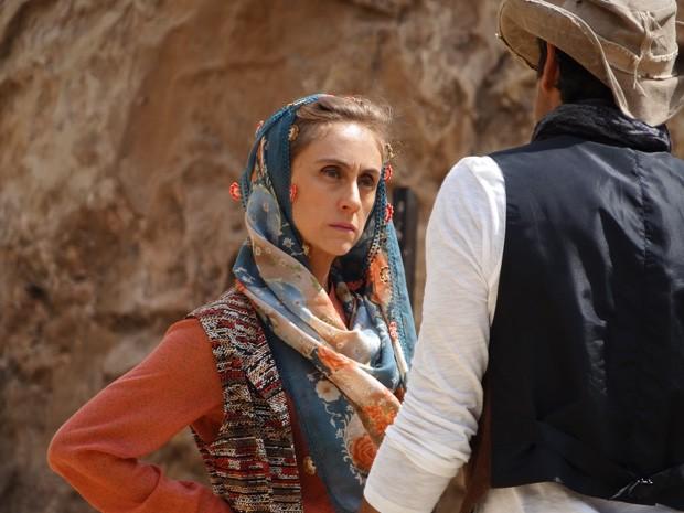 Sarila pergunta para Zyah sobre a estrangeira (Foto: Salve Jorge/ TV Globo)