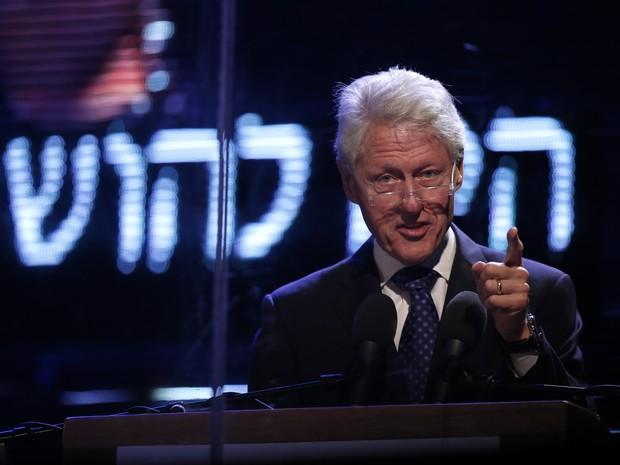 O ex-presidente dos EUA Bill Clinon discursa durante ato pela memória de Yitzhak Rabin em Tel Aviv, Israel (Foto:  AFP PHOTO / THOMAS COEX)
