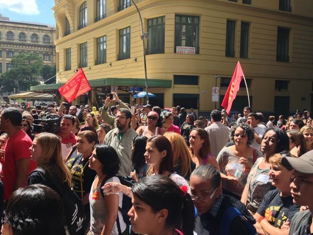 Professores protestam contra a aprovação de plano de carreira na porta da Câmara Municipal, no Centro do Rio (Foto: Renata Soares / G1)