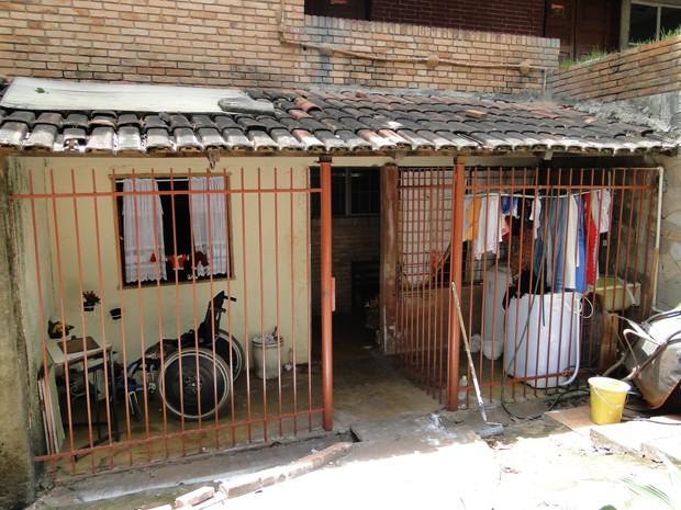 Casa de 54 m² e cinco cômodos que fica abaixo da sala 1 da Escola Estadual Bueno Brandão, onde vive há 43 anos a zeladora aposentada Alcinéia Moura. (Foto: Cristina Moreno de Castro/G1)