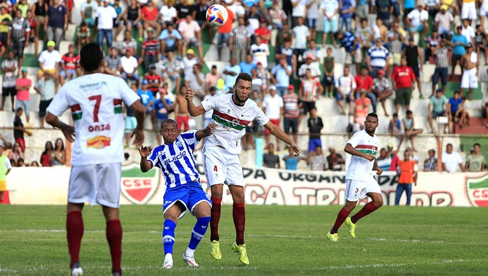 Disputa de bola durante o primeiro tempo de jogo (Foto: Ailton Cruz/Gazeta de Alagoas)