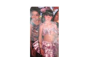 Atualmente atriz da Globo, esta menina curtia o carnaval em Aiuruoca, Minas Gerais, sua cidade natal | Arquivo pessoal