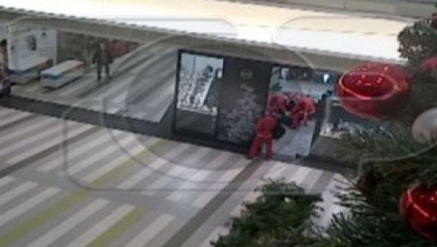 Homens vestidos de Papai Noel entraram armados em joalheria de shopping e conseguiram fugir após assalto (Foto: Reprodução/YouTube/TopChannelAlbania)