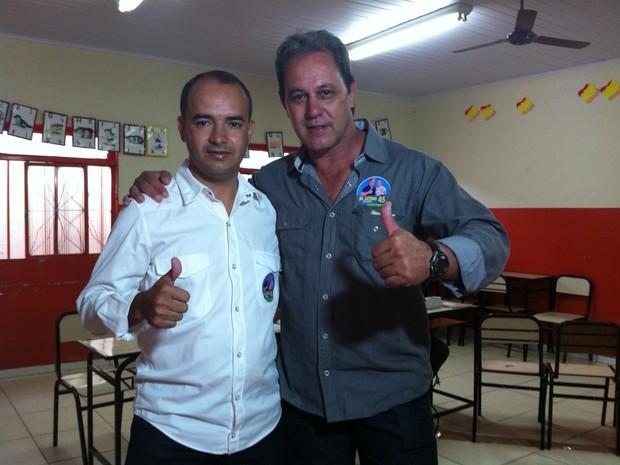 o candidato do PSDB, Antônio de Oliveira Pinto, o Dr. Antônio, chegou para a votação acompanhado do vice-prefeito, Cesar Roberto Mendes, do DEM. (Foto: Michelly Oda / G1)
