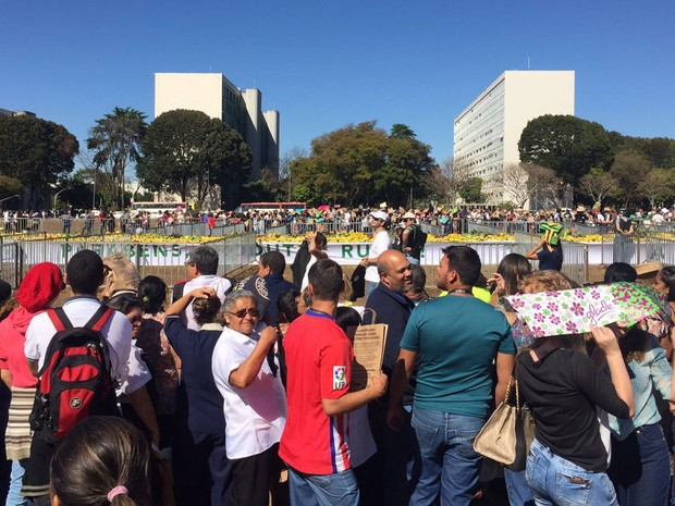 Grupo aguarda liberação de mesas montadas pela Confederação Nacional da Agricultura, com frutas gratuitas, na Esplanada dos Ministérios nesta quinta-feira (28) (Foto: Alexandre Bastos/G1)
