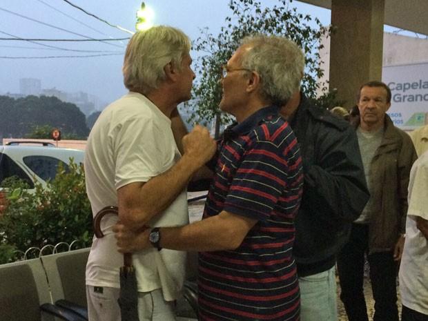 Francisco Múrmura foi consolado por amigos e parentes no velório da mulher, Regina (Foto: Lívia Torres / G1)