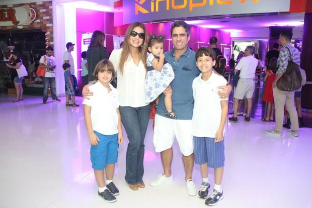 Nívea Stelmann com a família (Foto: Thyago Andrade / Foto Rio News)