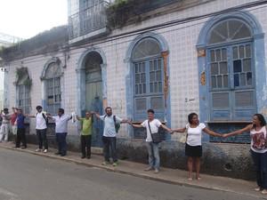 Manifestantes fizeram um 'abraço coletivo' para protestar contra demolição de imóvel (Foto: Reprodução/Facebook)