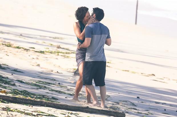 Guilherme Leicam e Vanessa Gerbelli em gravação na praia (Foto: Dilson Silva / Agnews)