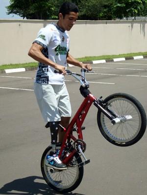 Odair se exibe com a bicicleta, seu principal trabalho hoje. Foto: Carlos Alberto Soares/TV TEM.