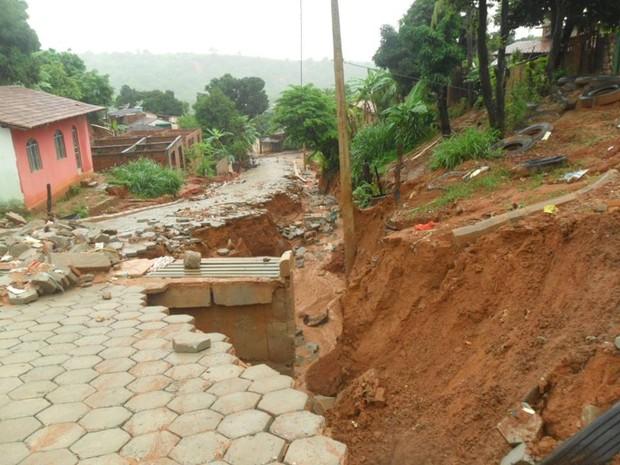 Além de desabamento de casa, ruas e passeios foram destruídos pelas chuvas. (Foto: Carlos Cesar e Eder Campos)