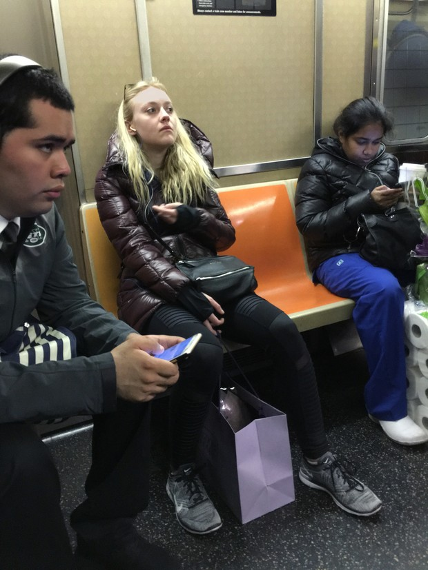 Dakota Fanning em metrô (Foto: The Grosby Group)
