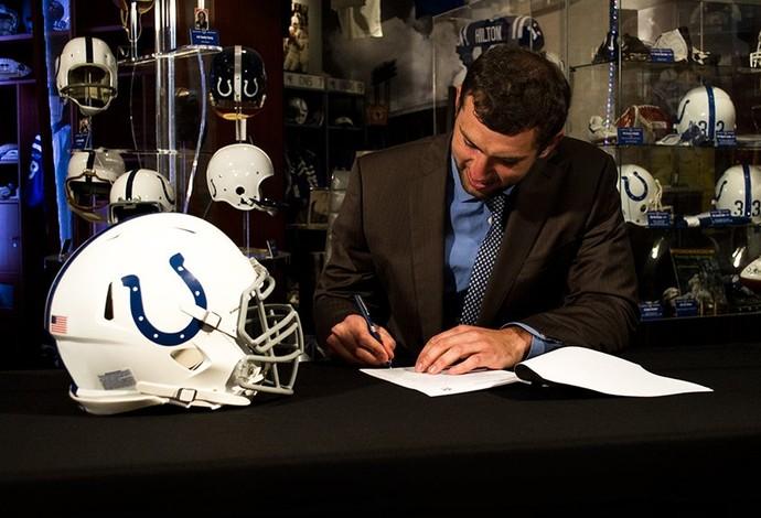 Andrew Luck assina seu novo contrato com o Indianapolis Colts (Foto: Reprodução/Twitter)