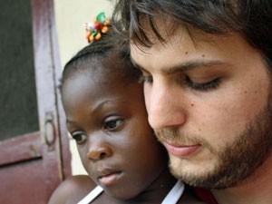 Vinicius Zanotti com uma criança liberiana (Foto: Divulgação)