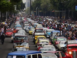 Desfile de automóveis clássicos reuniu 1.700 carros na Cidade do México (Foto: Alfredo Estrella/AFP)