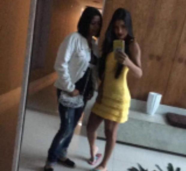 Fã acusa Munik de empinar bumbum em foto, mas ela nega (Foto: Reprodução/Snapchat)